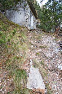 50 višinskih metrov nad potjo je manjša oskrbna zgradba. Foto: Grega Žorž